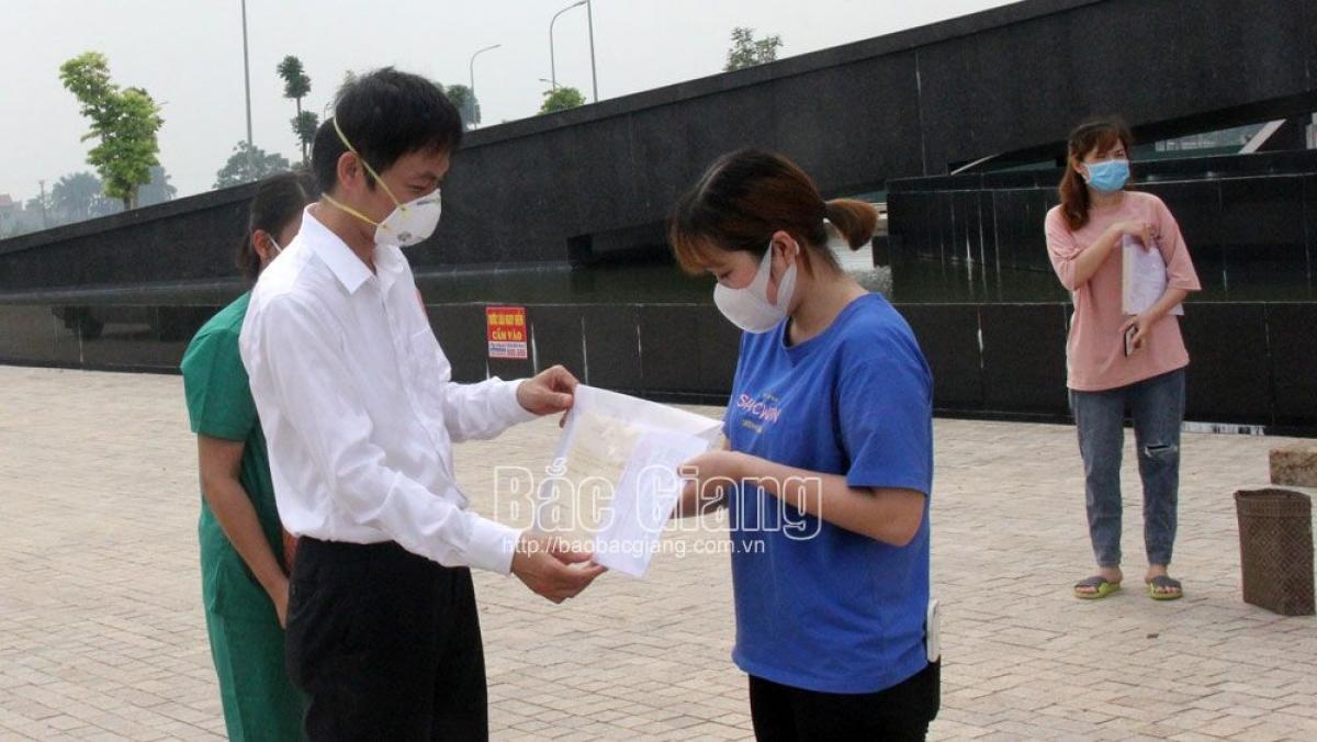 Trao giấy ra viện cho người đã khỏi bệnh tại Bệnh viện dã chiến số 2. (Ảnh: Báo Bắc Giang)