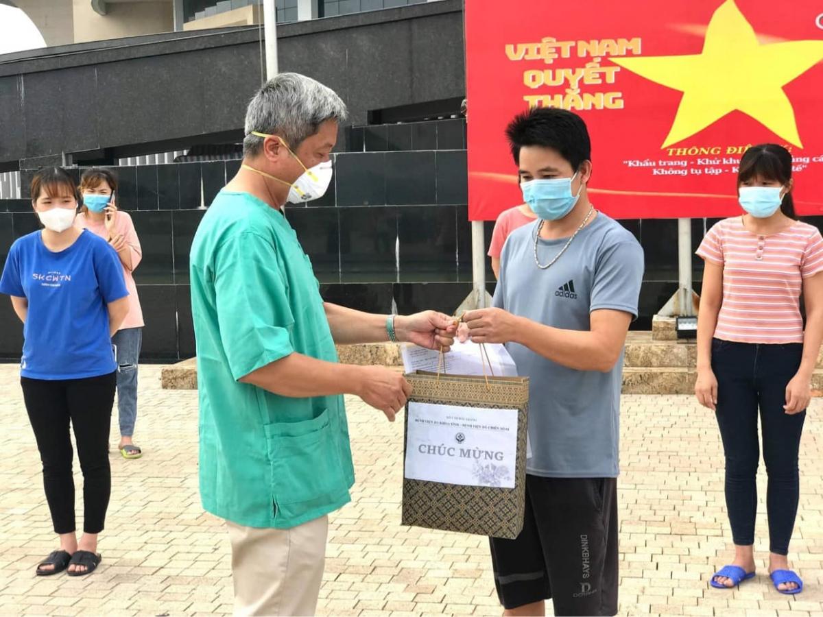 Thứ trưởng Nguyễn Trường Sơn trao giấy công nhận khỏi bệnh cho các bệnh nhân sáng nay. (Ảnh: Ngọc Mai)