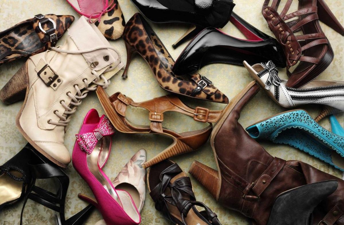 Đi giày cao gót: Giày cao gót khiến bạn phải hơi nghiêng người về phía trước khi bước đi, tạo thêm áp lực lên bàn chân và khiến bạn không duỗi hoàn toàn phần bắp chân. Điều này làm tăng áp lực lên phần thắt lưng, dẫn đến các cơn đau lưng ở phụ nữ.