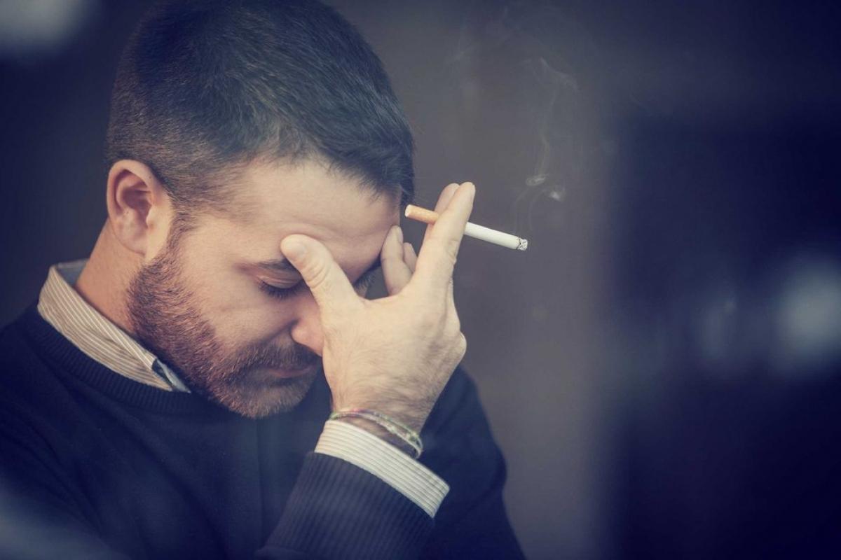 Hút thuốc lá: Nghiên cứu đã cho thấy những người hút thuốc lá có nguy cơ bị đau thắt lưng mãn tính cao hơn người không hút thuốc lá.