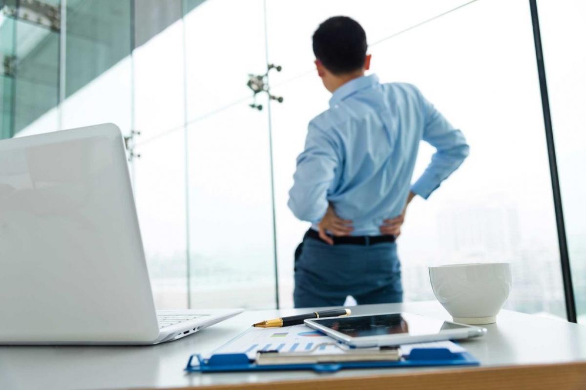 Hông lệch: Nhiều người không nhận ra rằng hai bên hông của họ không đều nhau, mà một bên cao hơn bên còn lại. Sự mất cân đối này có thể gây đau thắt lưng trong sinh hoạt hằng ngày và cơn đau càng rõ rệt khi tập thể dục.