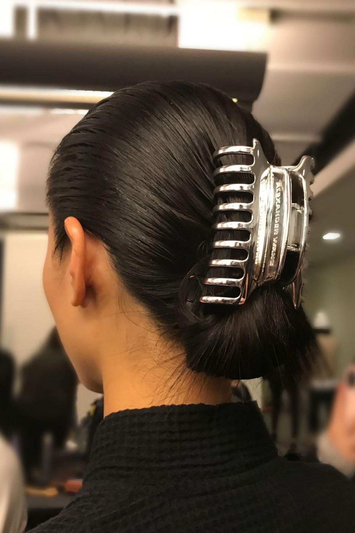 """Kẹp tóc: Những chiếc kẹp này được sử dụng để giữ tóc mà còn là phụ kiện thời trang thời thượng. Vào những năm 90, những chiếc kẹp này là phụ kiện tóc sang trọng nhất. Nhân vật Rachel Greene của Jennifer Aniston, trong """"Friends"""", là một người hâm mộ cuồng nhiệt của phụ kiện này. Những chiếc kẹp này còn xuất hiện trong buổi trình diễn Thu / Đông 2018 của Alexander Wang."""