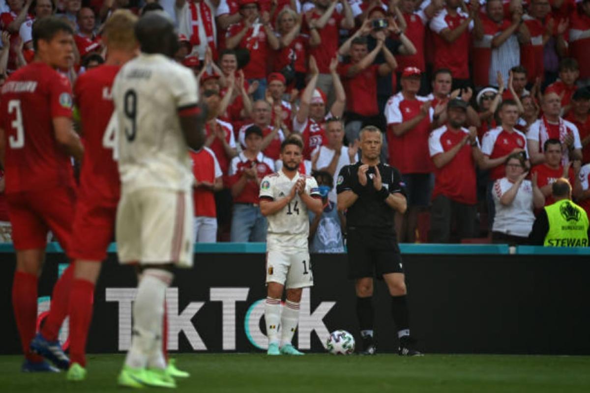 Cả trọng tài chínhBjörn Kuipers cũng đứng vỗ tay tri ân Eriksen, tạo nên khung cảnh xúc động trên sân đấu ở thủ đô Copenhagen (Đan Mạch).