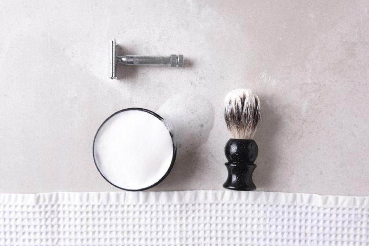 Dao cạo: Bạn nên để dao cạo ở ngoài phòng tắm, nếu không độ ẩm cao sẽ khiến dao cạo bị han gỉ rất nhanh. Bạn nên làm khô dao cạo sau mỗi lần sử dụng để giữ chúng được lâu hơn.