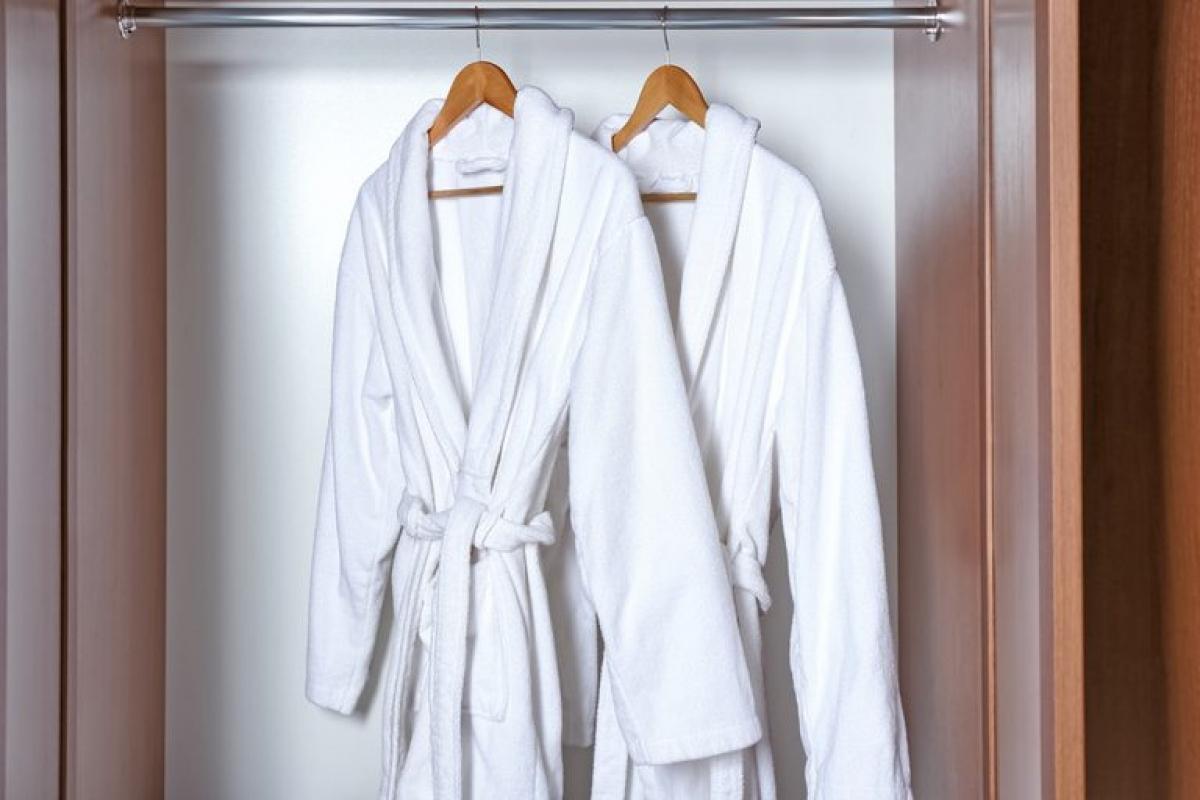 Áo choàng tắm: Lại là một lời khuyên kì lạ nhưng thiết thực khác, đó là đừng để áo choàng tắm trong phòng tắm. Giống như khăn tắm, áo tắm ướt có thể là môi trường sinh sôi của vi khuẩn và nấm mốc.