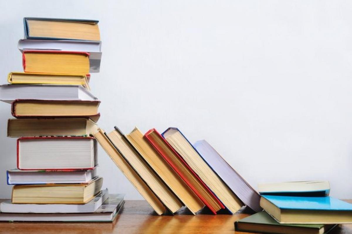 """Sách: Nhiều người có thói quen để sách trong phòng tắm hoặc phòng vệ sinh để giết thời gian trong khi """"hành sự"""". Tuy nhiên, sách báo khi để trong phòng tắm rất dễ bị ẩm, dẫn đến nhăn nheo và mục rách."""