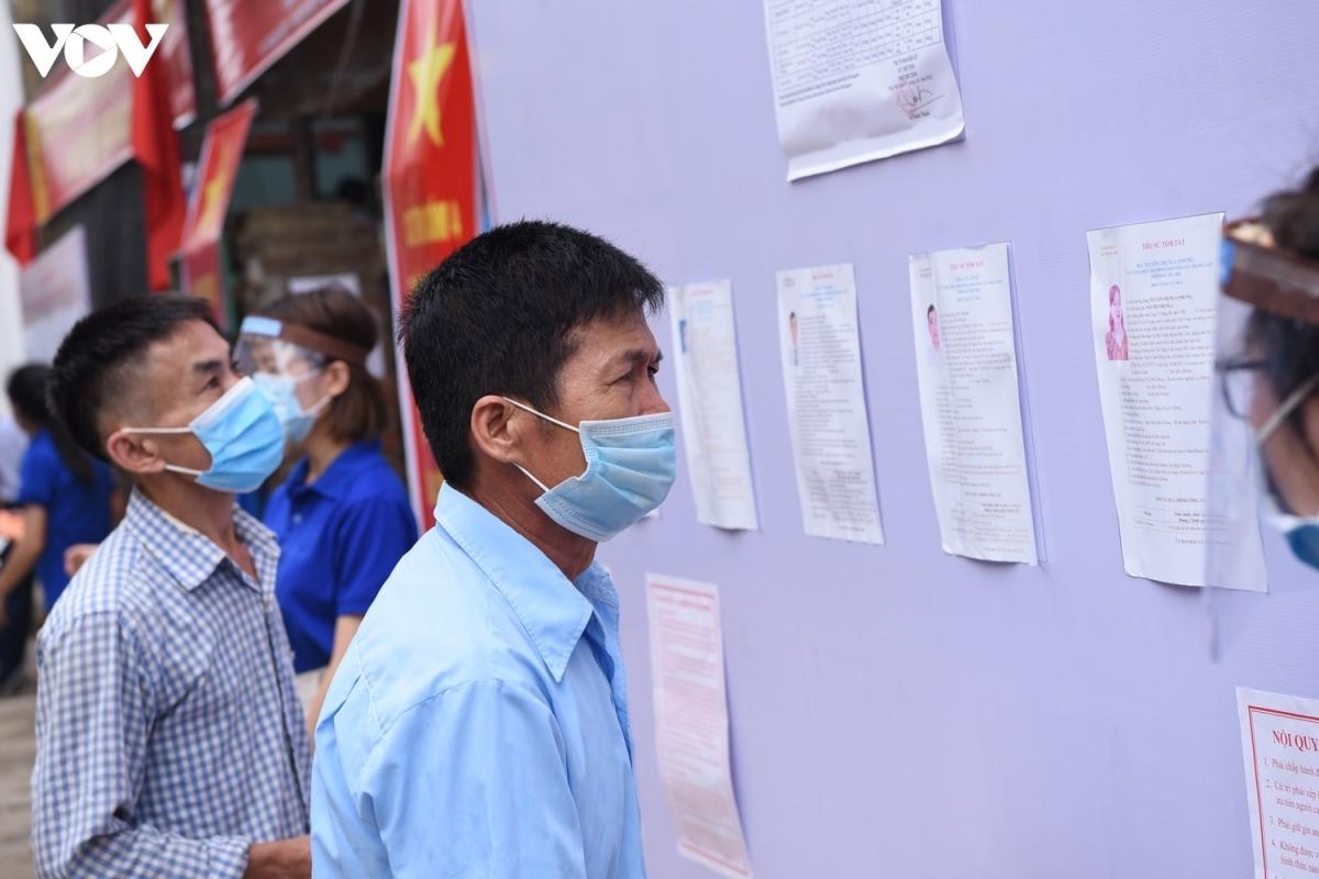 Người dân xã Tráng Việt lựa chọn 4 đại biểu trong danh sách 6 ứng cử viên HĐND xã.