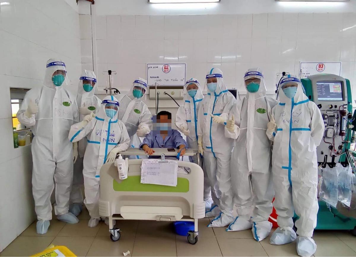 Hiện tại, bệnh nhân H.T. T. đã cai máy thở, rút ống nội khí quản thành công và hoàn toàn tỉnh táo. (Ảnh: Ngọc Mai)