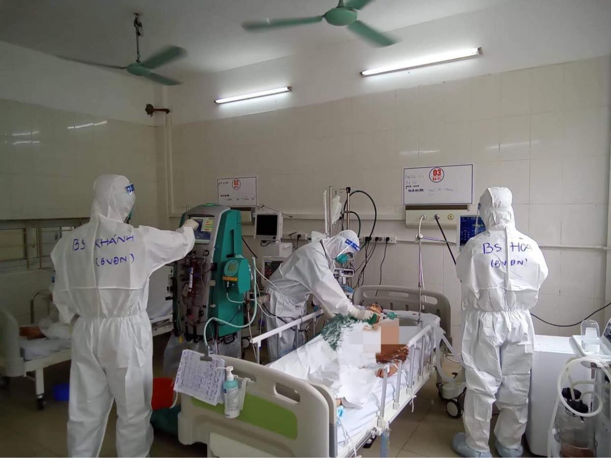 Bệnh nhân H.T. T. khi phải thở máy. (Ảnh: Ngọc Mai)