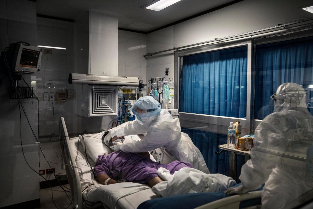 Một bệnh nhân Covid-19 đang được chăm sóc tích cực tại một bệnh viện tư nhân ở Bangkok tháng 5/2021. Ảnh: New York Times