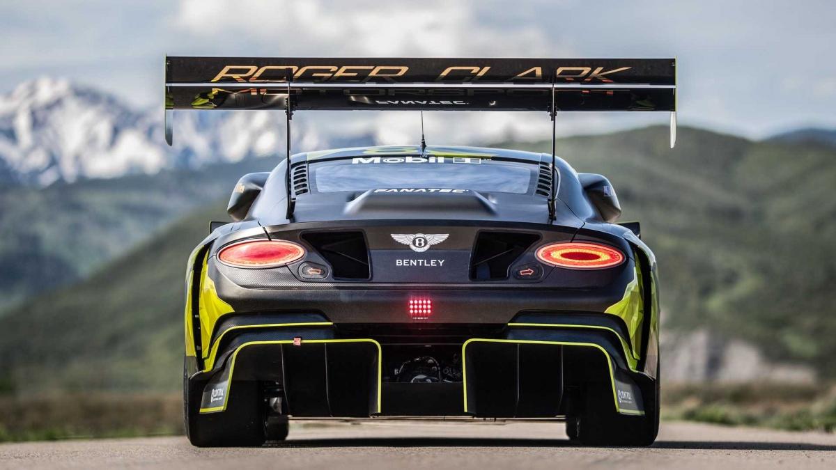 Phần đầu xe của Continental GT3 Pikes Peak mới có bộ chia hai mặt phẳng phía trước được bao bọc bởi các tấm tạo lực ép riêng biệt.