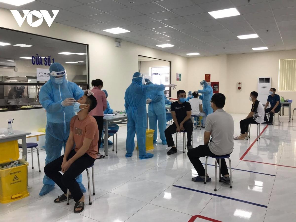 Nhân viên y tế lấy mẫu xét nghiệm cho công nhân trong KCN ở Bắc Giang.
