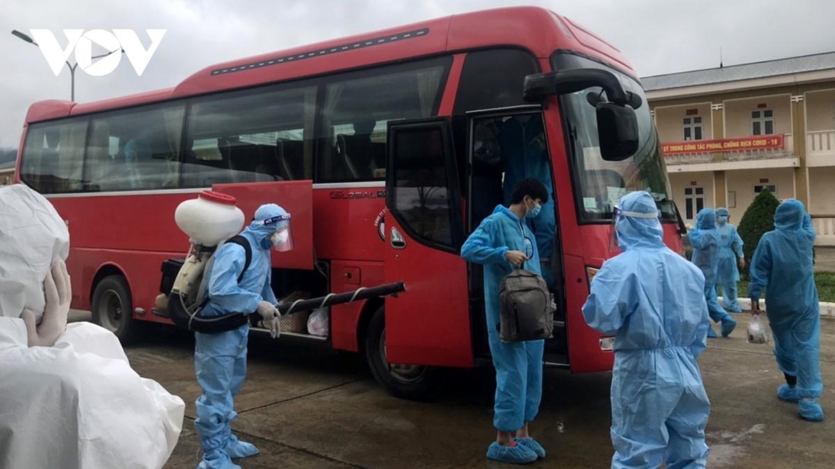 """Tỉnh Bắc Giang yêu cầu kiểm soát chặt ô tô mang biển hiệu """"xe đưa đón công nhân""""."""