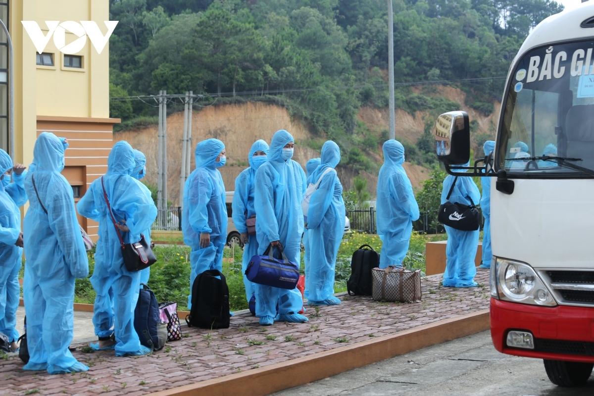 Công nhân tỉnh Lạng Sơn lên xe ô tô trở về địa phương.