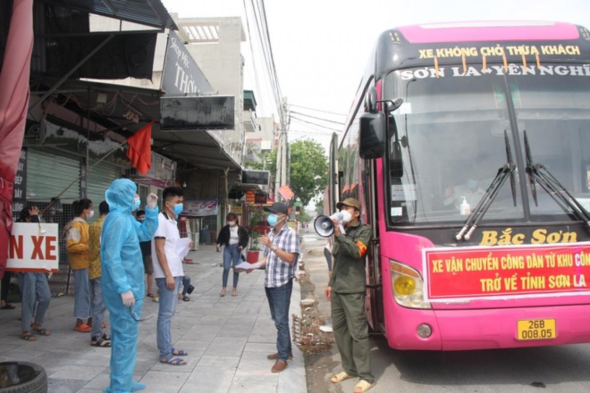 Nhiều công nhân các địa phương đã được đưa xe đến Bắc Giang đón về trong những ngày qua.
