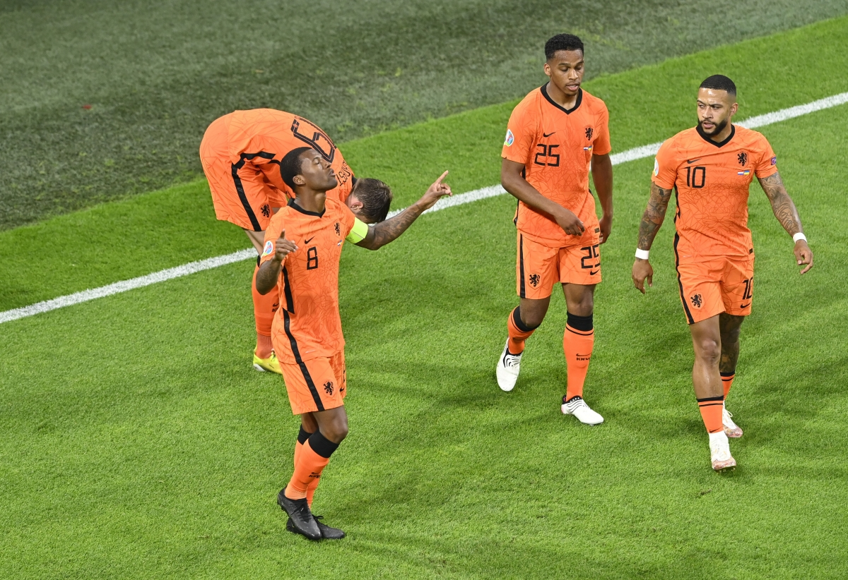 Phút 52, bóng được tạt từ cánh phải vào tạo nên sự hỗn loạn nơi hàng thủ Ukraine. Bóng bật ra đúng vị trí củaWijnaldum và cầu thủ mới gia nhập PSG đã dứt điểm tung lưới đội khách.