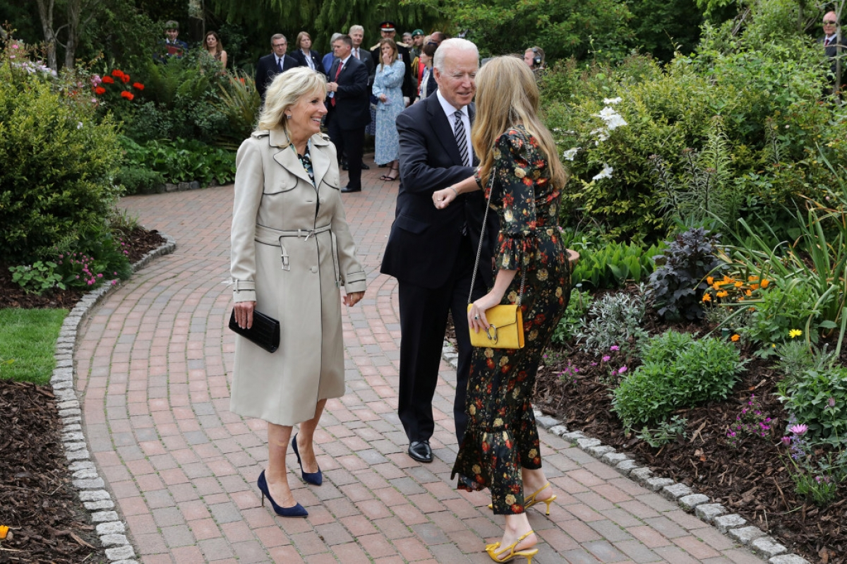 Vợ chồng Tổng thống Biden trò chuyện cùngCarrie Johnson - phu nhân của Thủ tướng Anh.Ảnh: Reuters