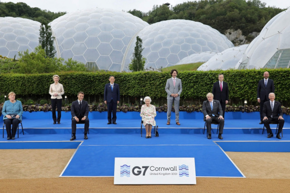 Nữ hoàng Anh Elizabeth II (ở giữa) chụp ảnh cùng các nhà lãnh đạo thế giới. Ảnh: AFP