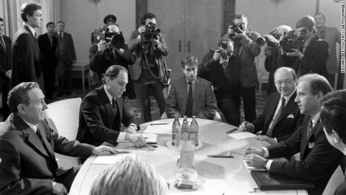 Ông Joe Bien (phải) trong cuộc họp với đại diện Liên Xô Andrei Gromyko năm 1988 tại Moscow về Hiệp ước các lực lượng hạt nhân tầm trung. Ảnh: TASS