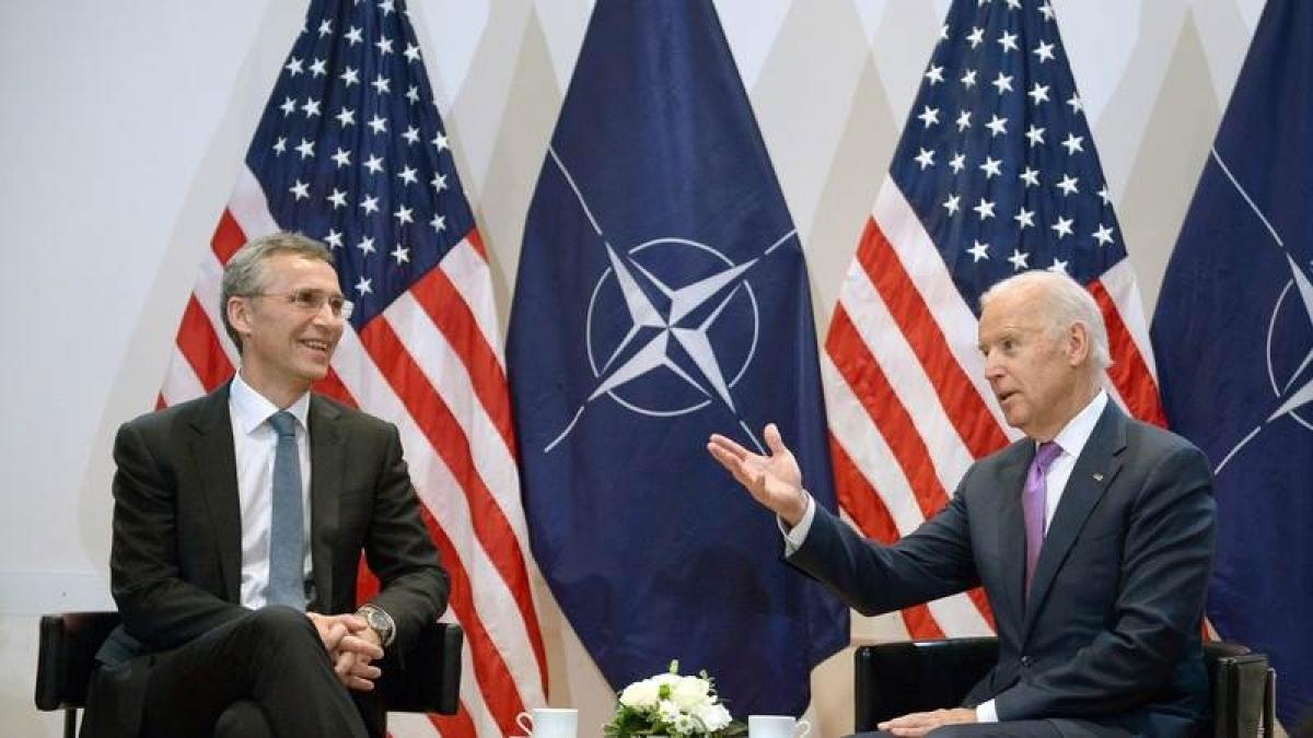 Ông Joe Biden (khi đó là Phó Tổng thống Mỹ) và Tổng thư ký NATO Jens Stoltenberg trong một cuộc gặp năm 2015. Ảnh: EPA