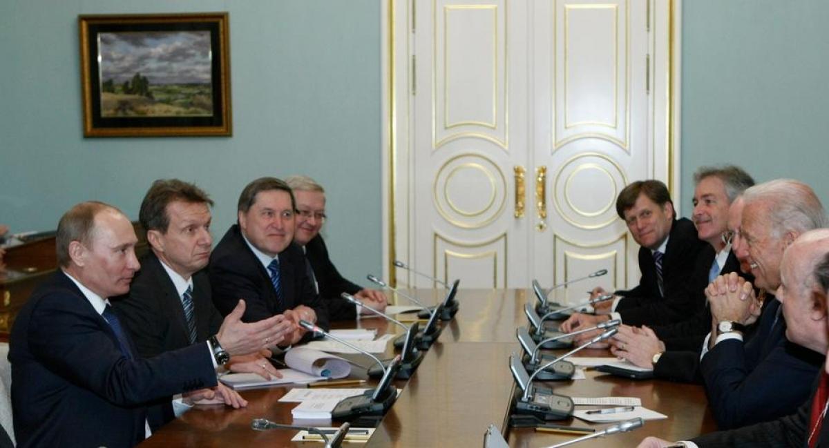 Phó Tổng thống Mỹ Joe Biden (dãy bên phải) họp cùng Thủ tướng Nga Vladimir Putin (dãy bên trái) tại Moscow ngày 10/3/2011. Ảnh: AP