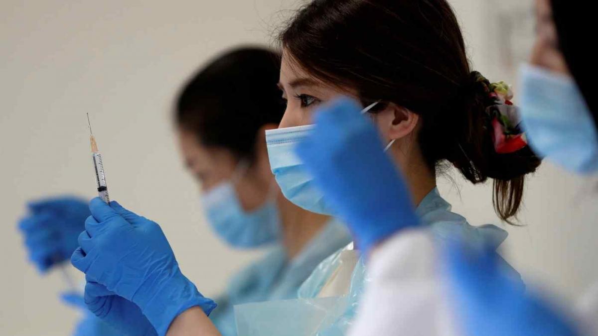 Một nhân viên y tế đang chuẩn bị vaccine Pfizer/BioNTech tại sân vận động Noevir, Kobe, Nhật Bản ngày 12/6/2021. Ảnh: Reuters