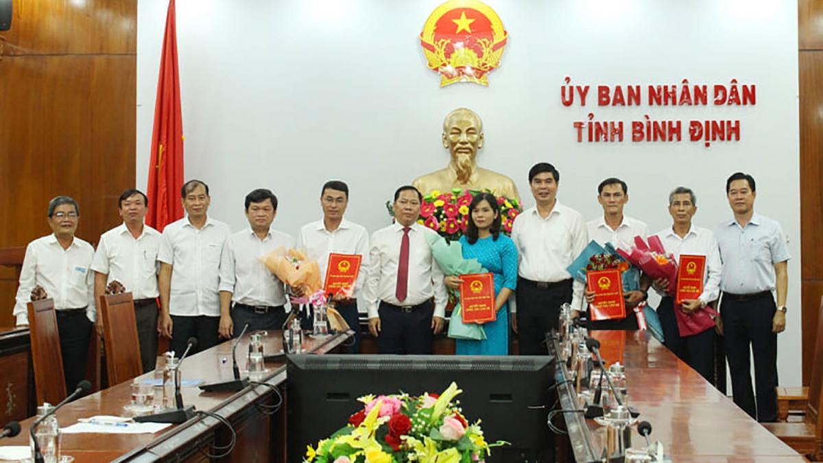 Chủ tịch UBND tỉnh Bình Định Nguyễn Phi Long (ảnh thứ 6, từ trái sang) trao các quyết định bổ nhiệm cán bộ.