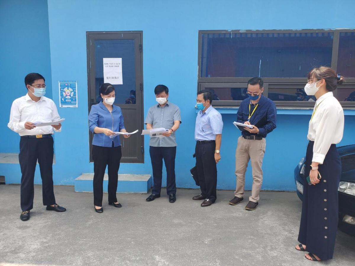Bà Đào Hồng Lan, Bí thư Tỉnh ủy Bắc Ninh kiểm tra việc phòng, chống dịch COVID-19 tại KCN VSIP.