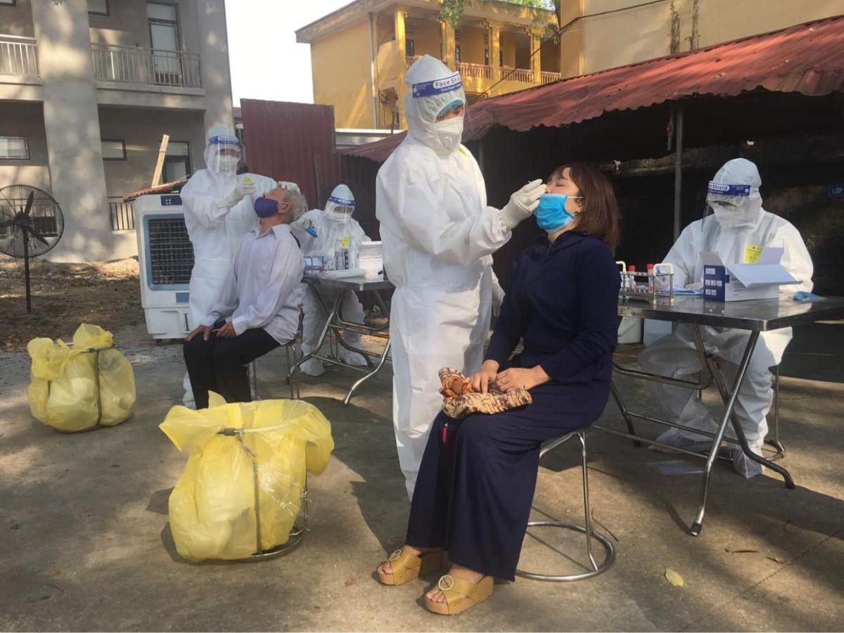 Lấy mẫu xét nghiệm cho người dân huyện Thuận Thành.