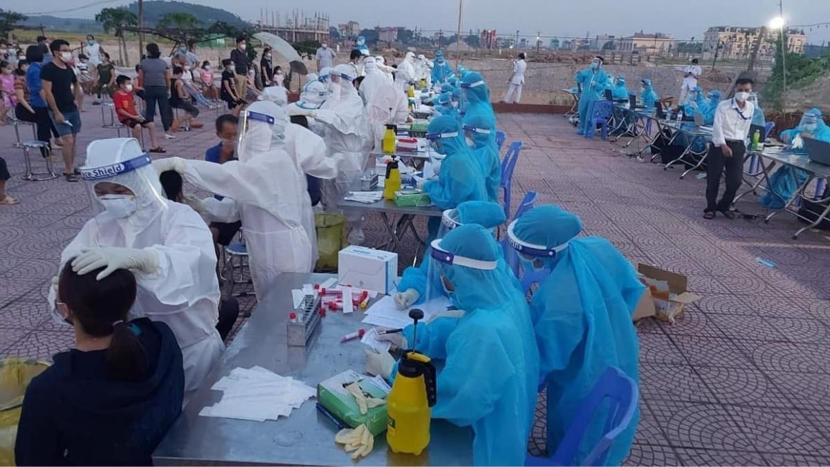 Lấy mẫu xét nghiệm cho công nhân và người dân ở Bắc Ninh.