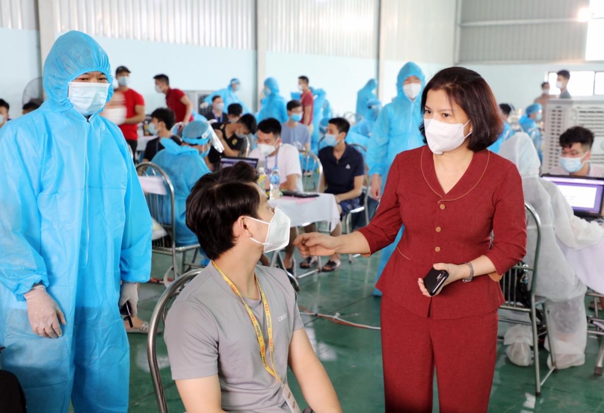 Chủ tịch UBND tỉnh Bắc Ninh Nguyễn Hương Giang kiểm tra phòng chống dịch cho công nhân trong KCN VSIP Bắc Ninh.