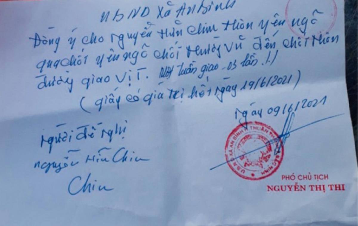 Phó Chủ tịch UBND xã An Bình Nguyễn Thị Thi đã ký nhiều giấy cho người dân đi chợ vùng dịch.