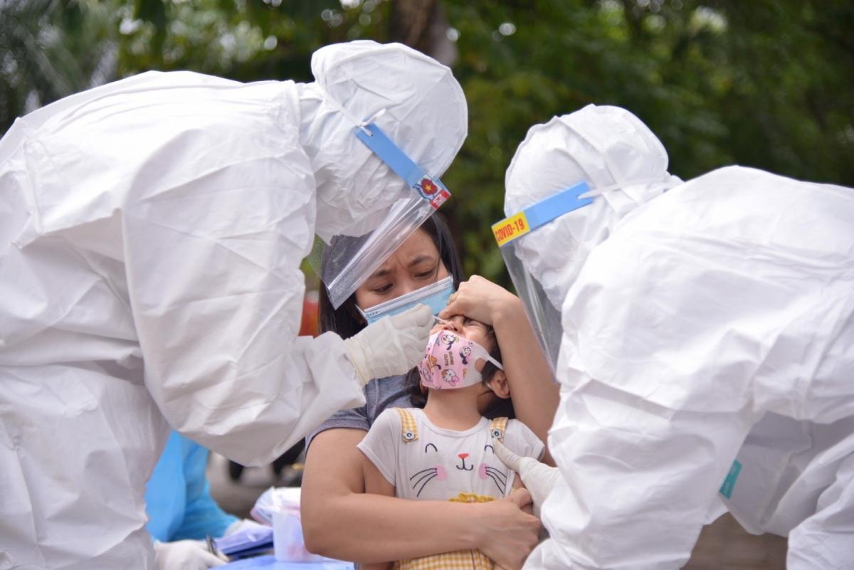 Lấy mẫu xét nghiệm Covid-19 cho người dân ở Bắc Ninh.