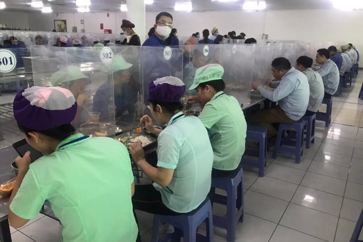 Khu vực nhà ăn của công nhân được bố trí đúng khoảng cách, có vách ngăn chống giọt bắn, đảm bảo an toàn phòng, chống dịch Covid-19.