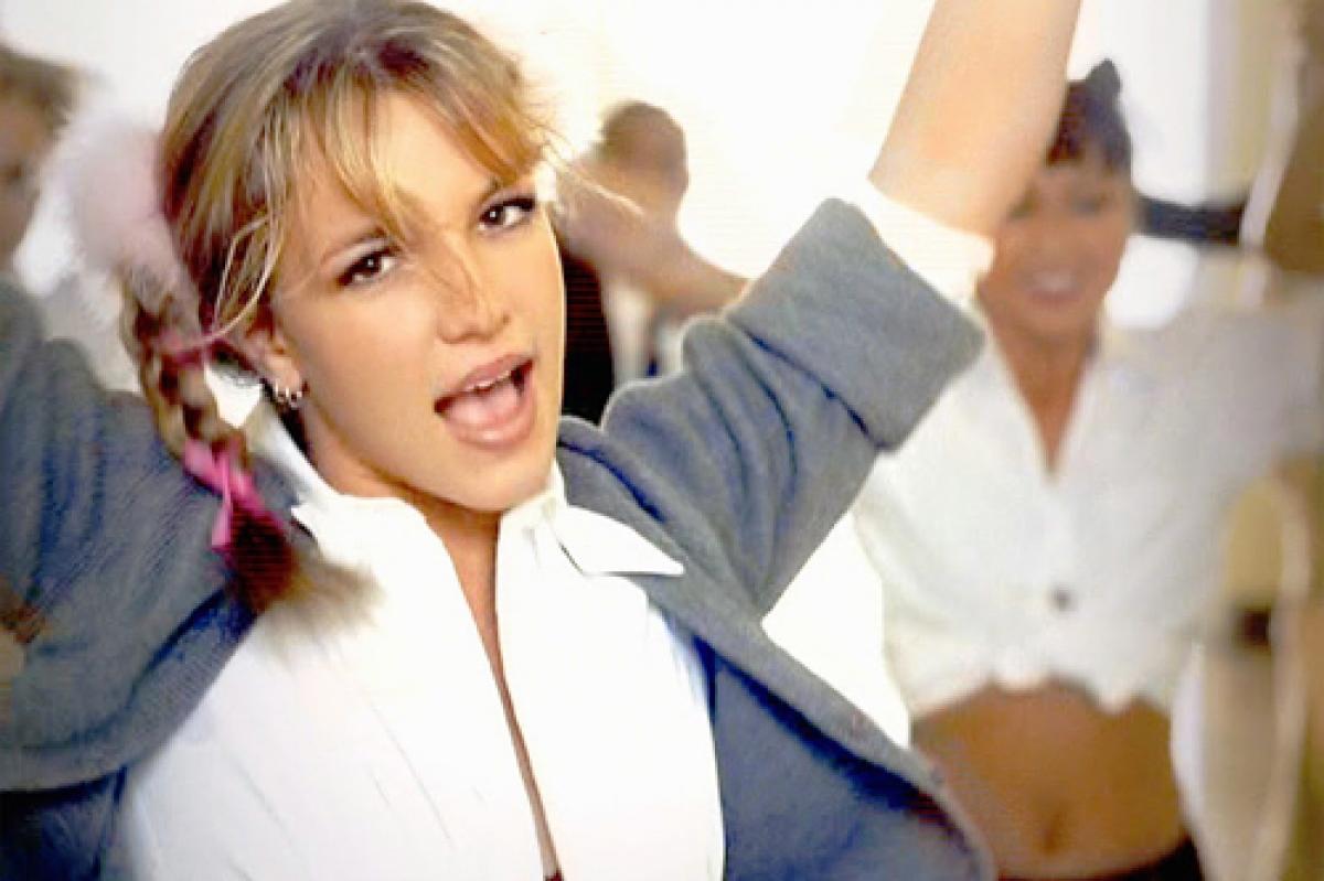 """""""Baby One More Time"""" là ca khúc không thể không nhắc tới khi nói đến Britney Spears. Ca khúc này đã chắp cánh cho sự nghiệp của """"Công chúa nhạc Pop"""" khi đó mới 17 tuổi bay cao trong làng giải trí. """"Baby One More Time"""" đã dành vị trí số 1 trong bảng xếp hạng Billboard trong năm 2019."""