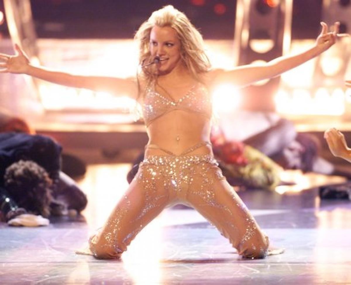 """Tại lễ trao giải MTV Music Awards năm 2000, Britney trình diễn ca khúc """"Can't Get No Satisfaction"""". """"Công chúa nhạc Pop"""" diện bộ trang phục gợi cảm hết cỡ."""