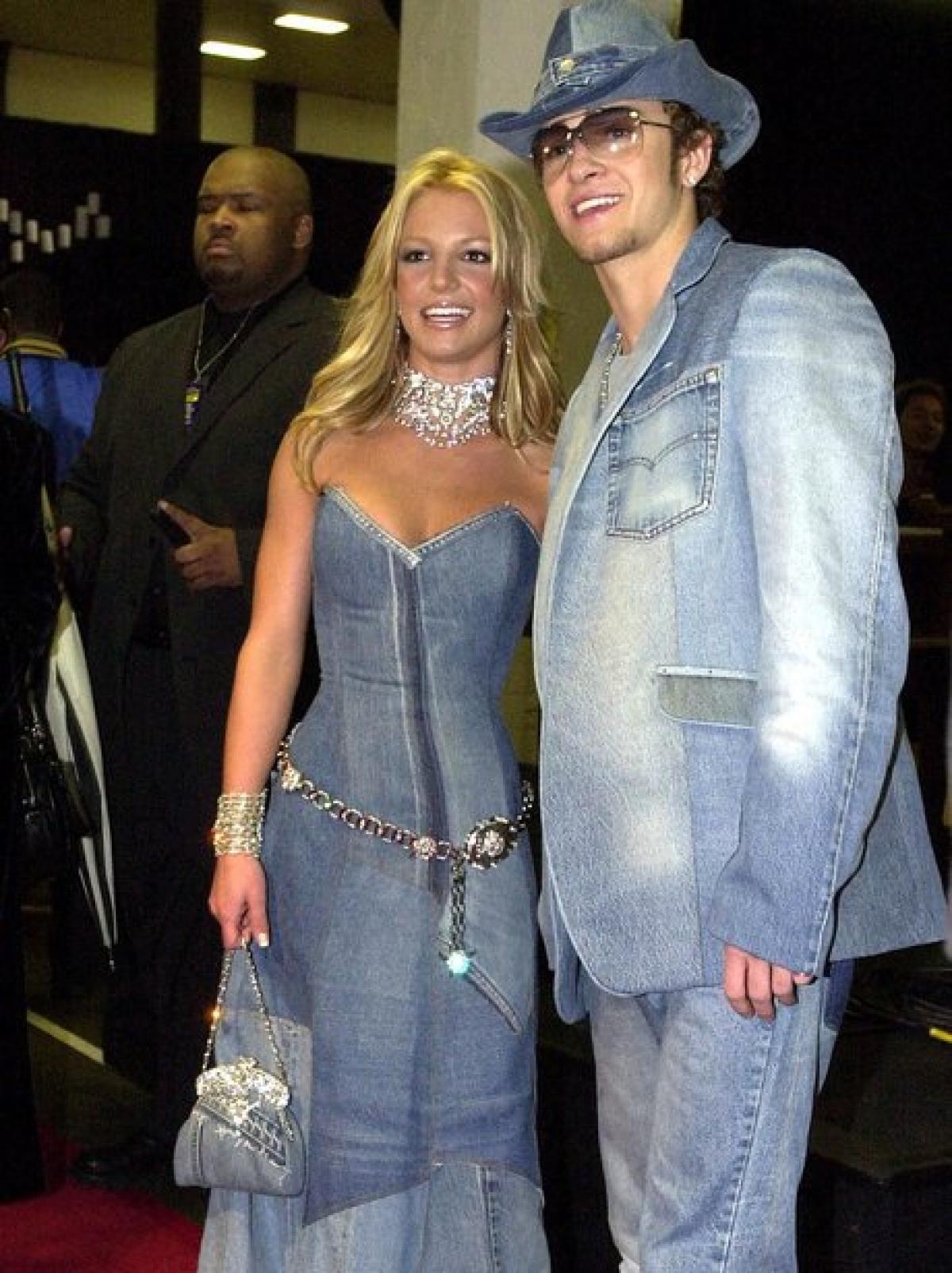 Britney và Justin Timberlake lăng-xê mốt denim. Cả hai diện đồ đồng điệu và tay trong tay hạnh phúc.
