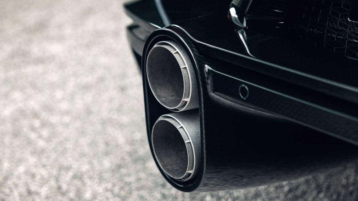 Bên ngoài, mâm được bọc bởi lốp Michelin Pilot Sport Cup 2 đặc biệt giúp nó có thể chạy ở tốc độ lên đến 500 km/h.