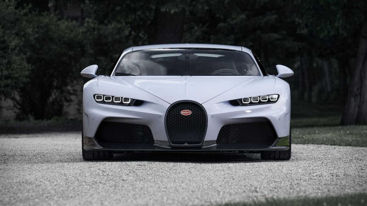 Với sức mạnh này, xe có thể tăng tốc lên 200 km/h trong 5,8 giây, lên 300 km/h trong 12,1 giây và lên 400 km/h nhanh hơn 7% so với Chiron thông thường.