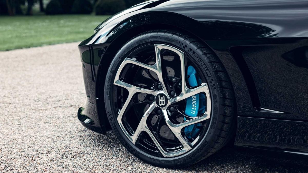 """Mâm xe """"thửa riêng"""" với phong cách cánh quạt xoáy, đặt ngược, mạ crom sáng với cùm phanh bên trong màu xanh."""