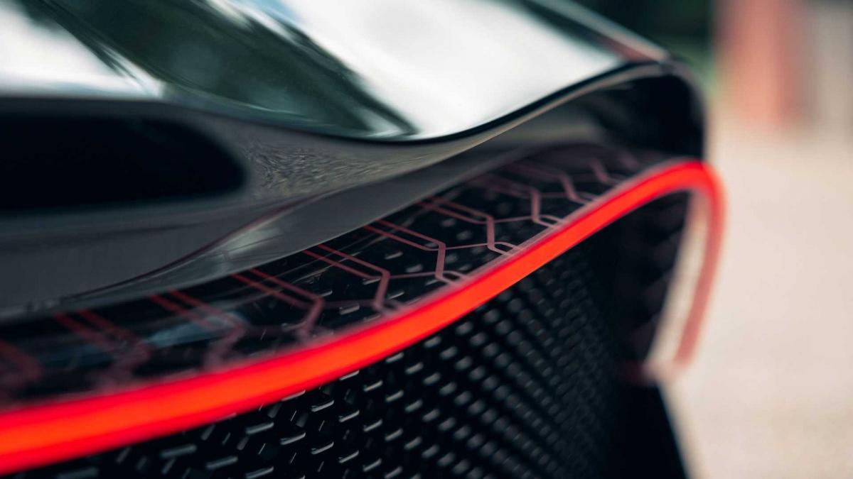 """""""Với La Voiture Noire, chúng tôi đang bày tỏ sự tôn trọng đối với truyền thống lâu đời của mình, đối với nước Pháp và công trình sáng tạo của Jean Bugatti"""" - Chủ tịch Bugatti, ông Stephan Winkelmann cho biết."""