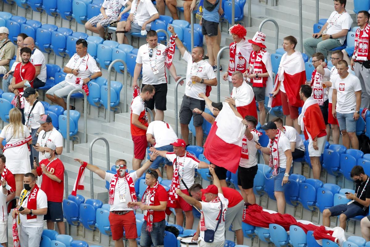 CĐV Ba Lan và Thụy Điển đã có mặt ở sân Kretovsky. (Ảnh: Reuters).