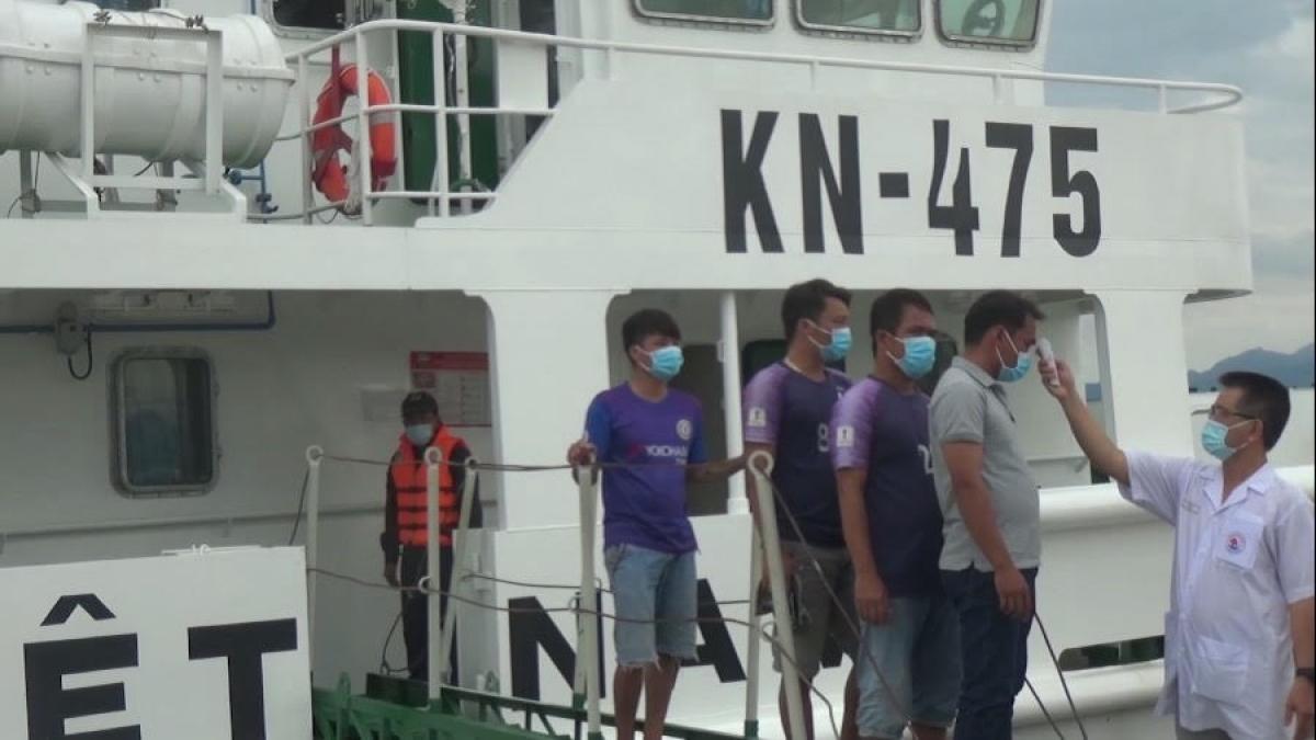 Cán bộ Chi đội Kiểm ngư 4 kiểm tra thân nhiệt cho ngư dân.