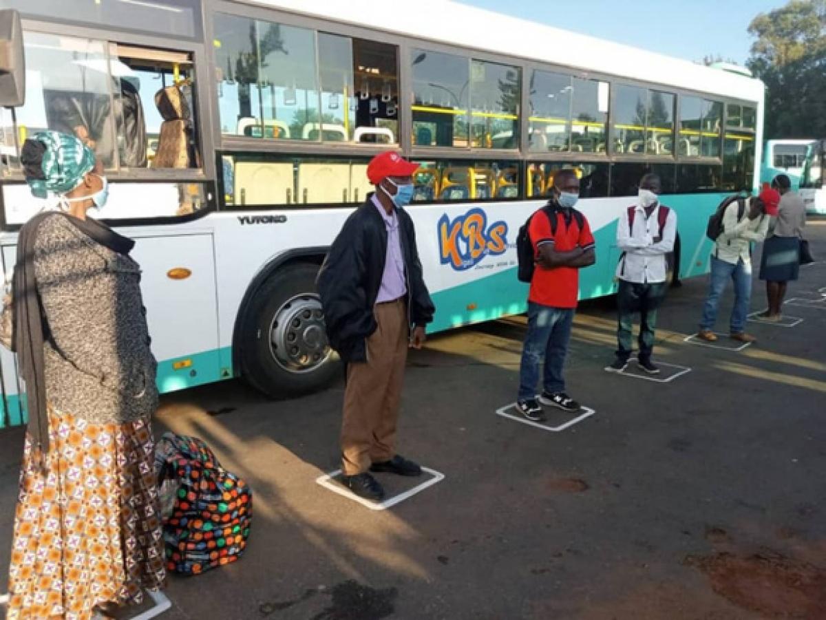 Hành khách đi xe buýt giãn cách ở Rwanda. Ảnh: AFP