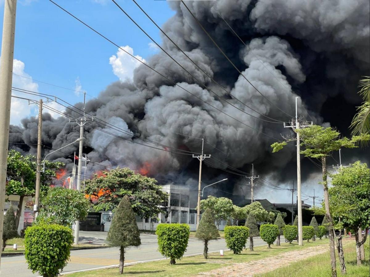 Đám cháy bùng lên dữ dội tại công ty AIC, nằm trong Khu công nghiệp Long Bình, TP Biên Hòa. Ảnh CTV.