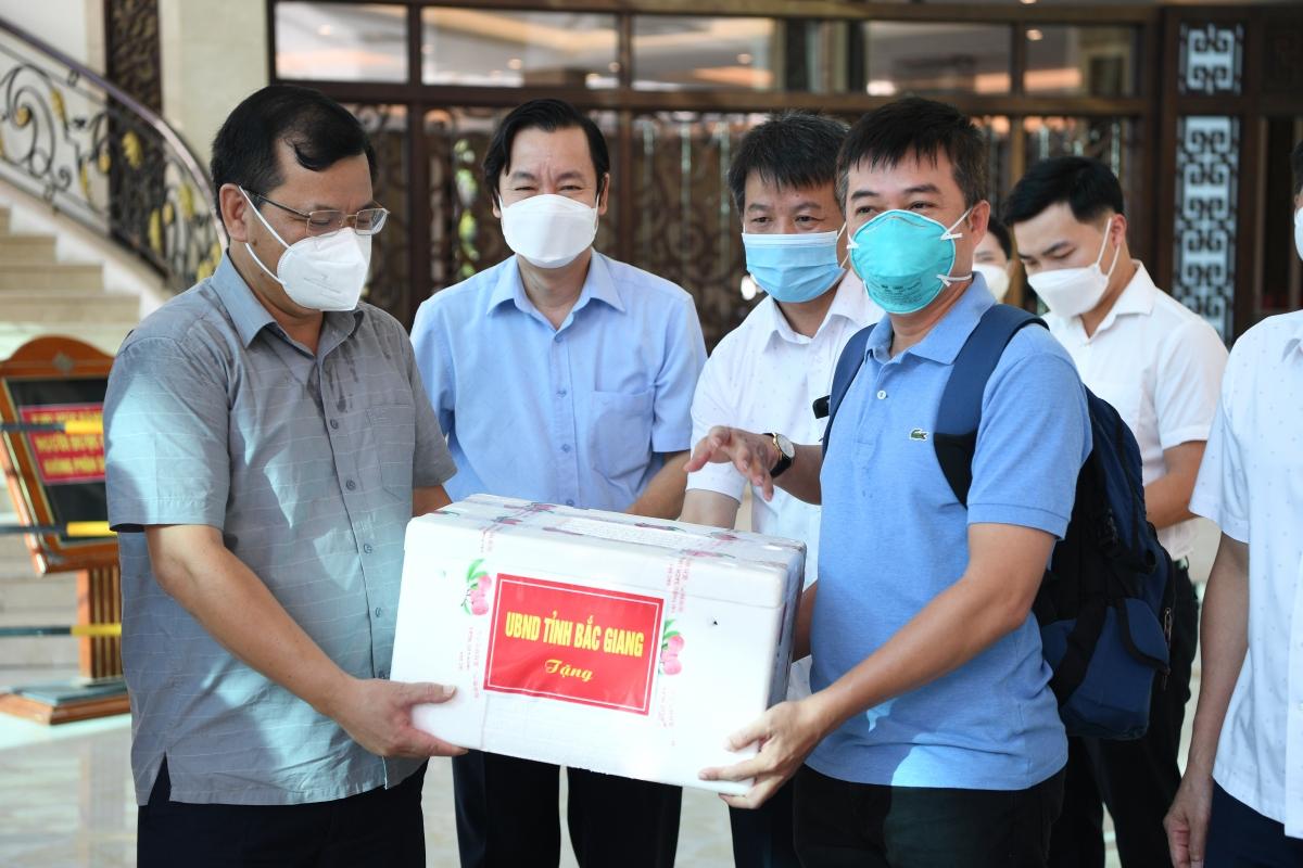 Lãnh đạo tỉnh Bắc Giang tặng quà Đội phản ứng nhanh bệnh viện Chợ Rẫy.