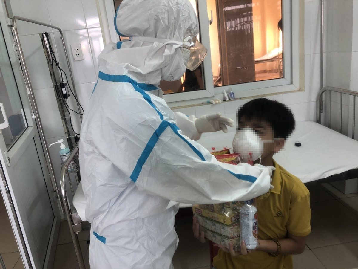 During the handout of presents the doctors appear just like parents, with the medical professionals taking care of every COVID-19 positive child who has been put in isolation away from their parents and relatives.