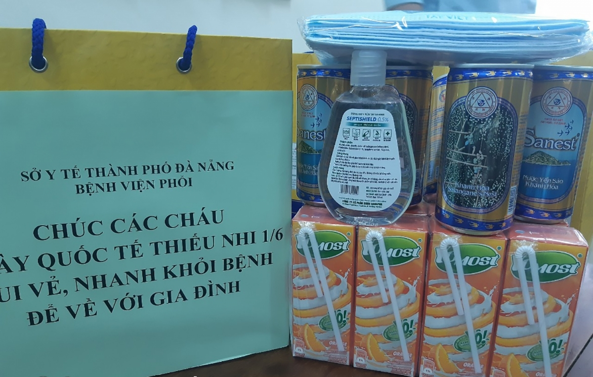 Face masks and bottles of hand sanitizer are also included in special gifts given to child patients in Da Nang city.