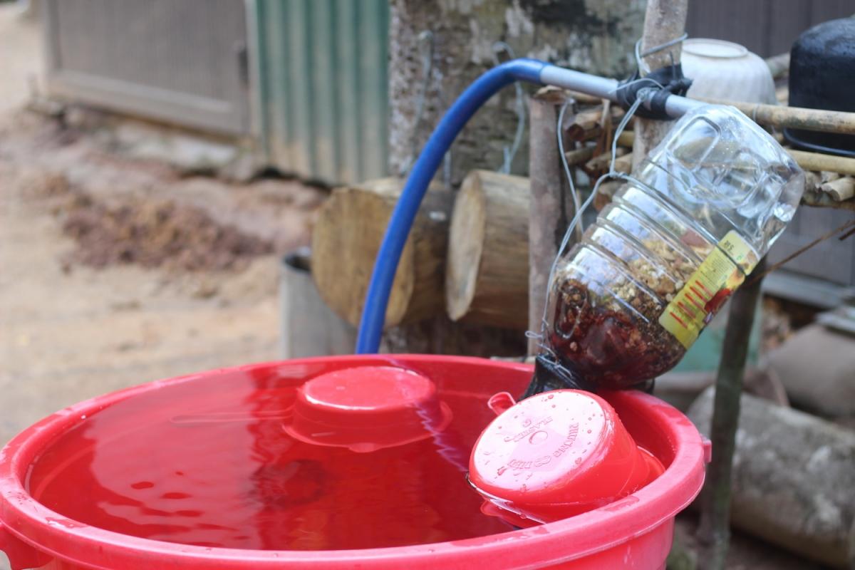 Nước sinh hoạt được dẫn từ trên núi về qua bộ lọc tự chế mới có thể dùng cho tắm rửa, giặt giũ.
