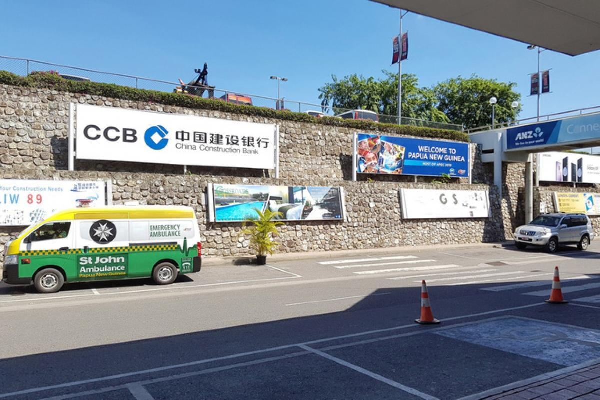 Bảng quảng cáo cho Ngân hàng Xây dựng Trung Quốc bên ngoài sân bay tại thủ đô Port Moresby của Papua New Guinea. Ảnh: Bloomberg
